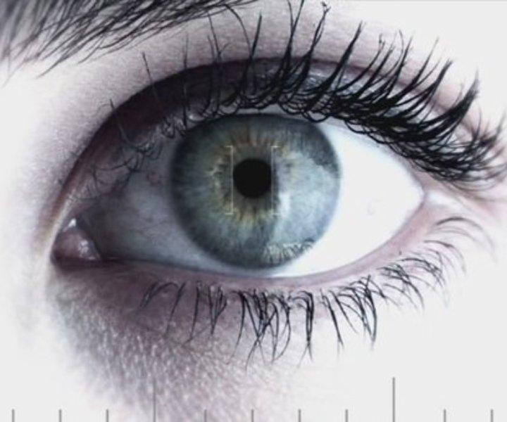 Зрительный контакт - это неотъемлемая часть языка тела. С помощью него мы провожаем нашу аудиторию в свой мир. Часто можно увидеть исполнителей на сцене с закрытыми глазами, как бы погруженных в самих себя. У профессиональных вокалистов получается закрывать глаза не теряя контакт со зрителем. Новички как правило уходят в себя и разрывают тонкую нить связи. Тут как и в случаи с вокальными техниками, да в принципе со всем в жизни , необходимо научиться находить баланс.