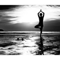 de-visu-black-and-white-picture-young-woman-practicing-yoga-on-the-beach-at-sunset_u-L-PN0T3O0