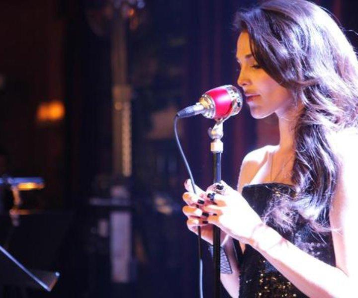 Привет, я уверенна, что вы здесь, чтобы научиться петь! Если это так, я здесь, чтобы помочь ... Прежде, чем мы приступим... Могу ли я задать вам вопрос? Вы когда-нибудь слышали певца, который вас окончательно и бесповоротно поразил? Думали ли вы про себя: «Я никогда не смогу так хорошо звучать»!