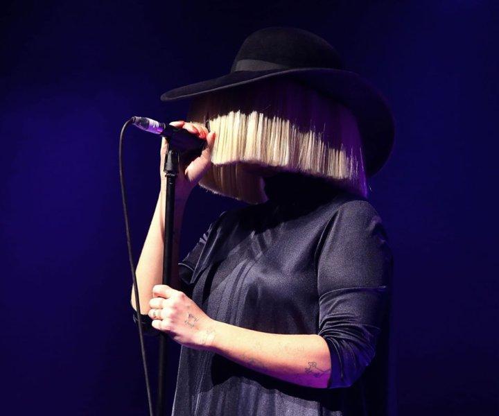 Долгожданный анализ вокала австралийской поп-звезды Sia!  В статье я рассказала о стиле и манере исполнения, а также об основных используемых приёмах, и фишках, с целой кучей примеров.  Вы узнаете в чём же уникальность тванга певицы и послушаете её реальный голос без автотюна.  А в конце - небольшой бонус для самых терпеливых и голосистых.
