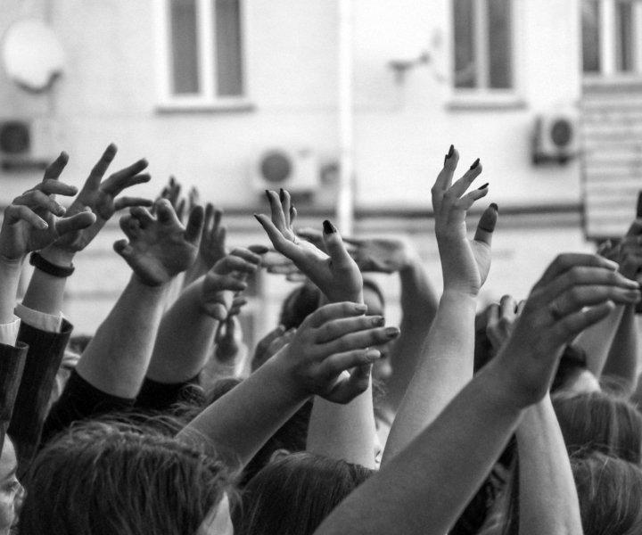 В сквере проходят творческие вечера, различные мероприятия для детей и мастер классы. Недавно наша школа вокала Rdvoice организовала в этом сказочном месте отчетный концерт для учеников.