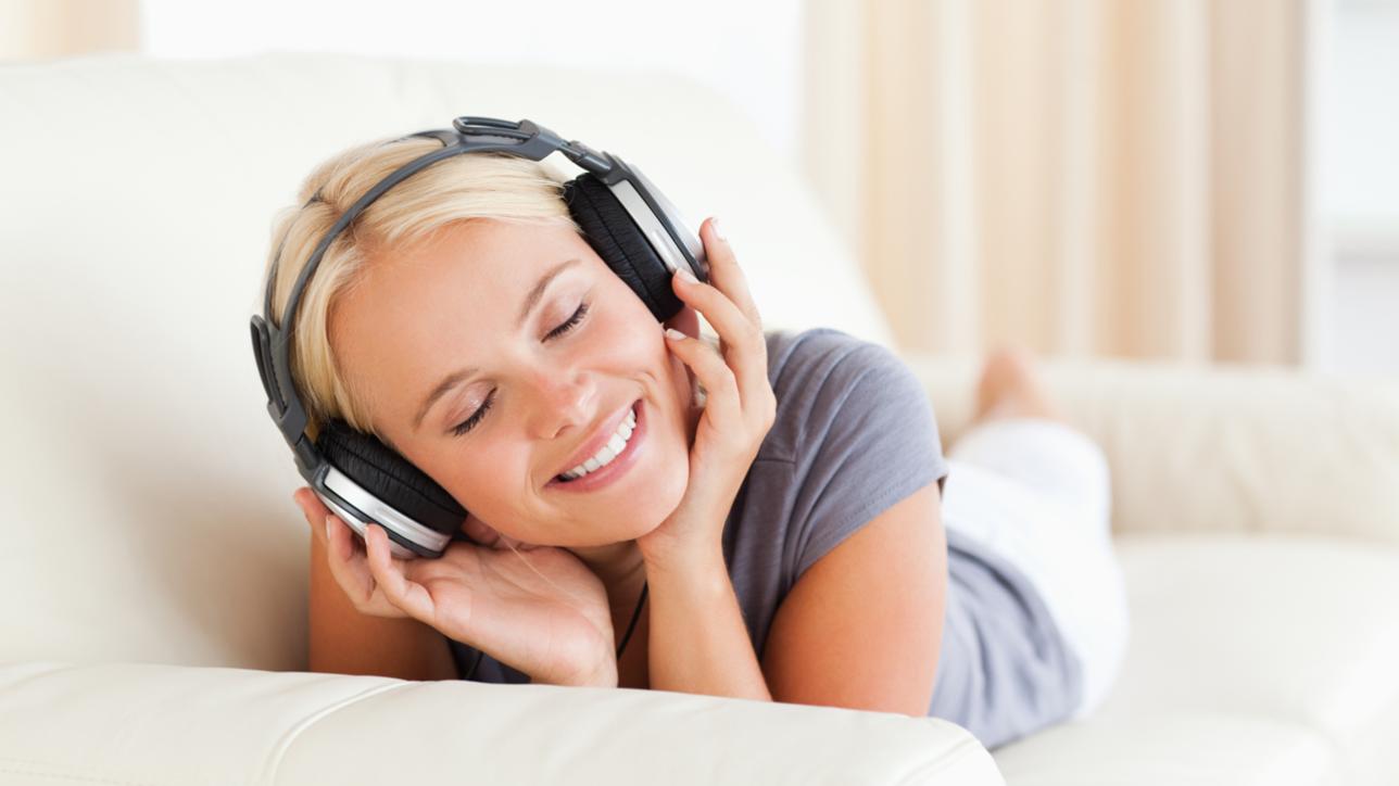 Мы прекрасно знаем – тренировка слуха важная вещь, способная улучшить вокал. Великие певцы постоянно практикуются в этом. К тому же, такая практика поможет понять, удается ли Вам совершенствоваться, ведь чем точнее слух, тем проще уху будет услышать, попадаете ли Вы в ноты и как чисто исполняете в целом.