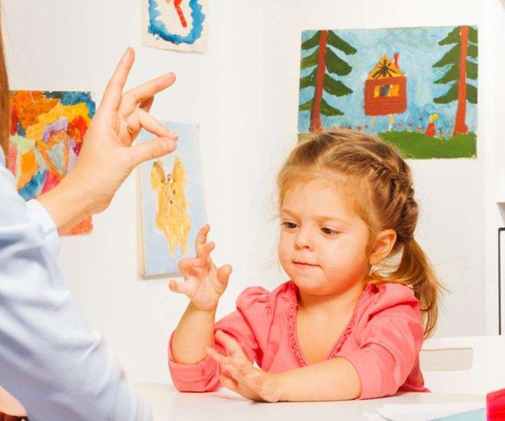 Движение пальцев и кистей рук ребенка имеют особое развивающее воздействие как эмоциональное,так и интеллектуальное.